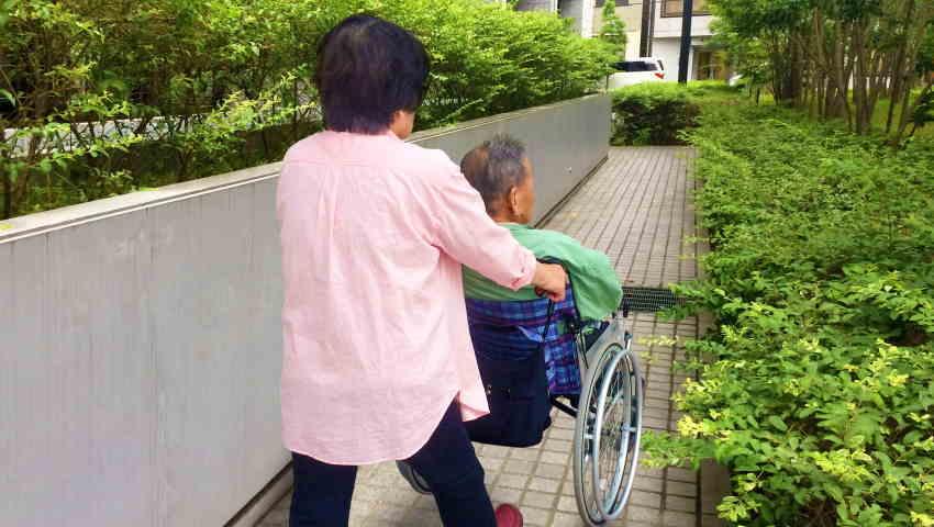 老人ホームを嫌がる親を施設に入れるにはタイミング